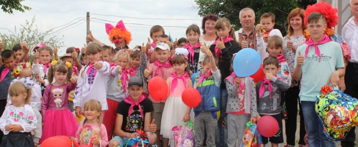 Михайло Лазаренко подарував селу Плоске дитячий майданчик